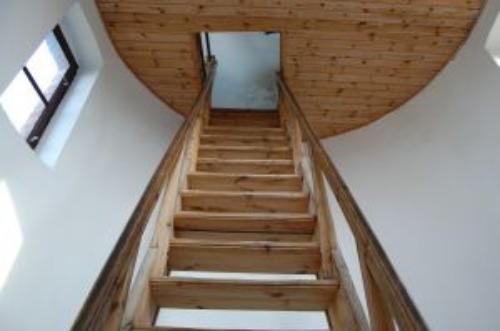 jak wkomponować schody w salonie?